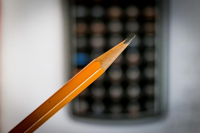 Ołówek i kalkulator w tle